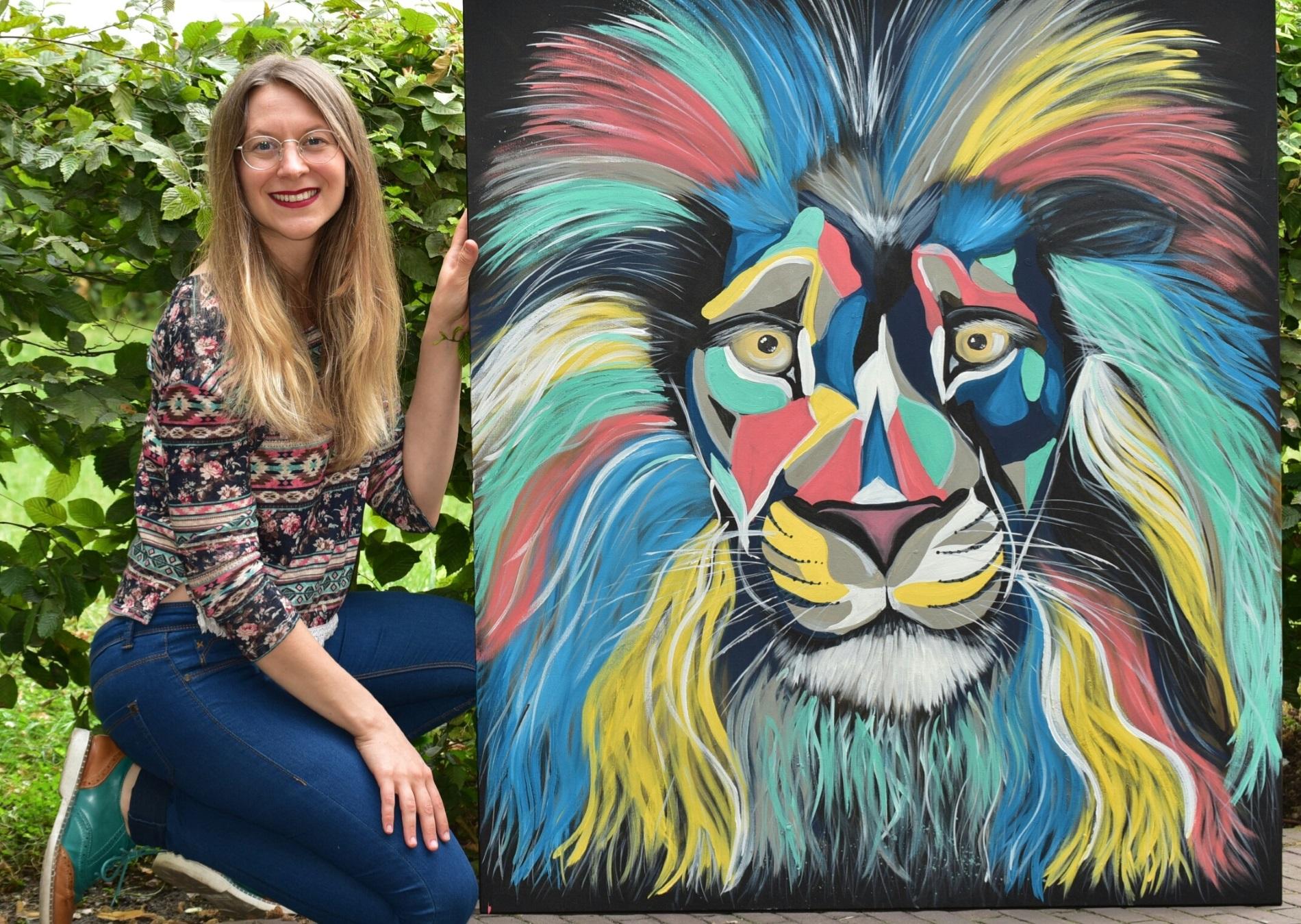 Katrin Maiwald mit ihrem Löwenbild